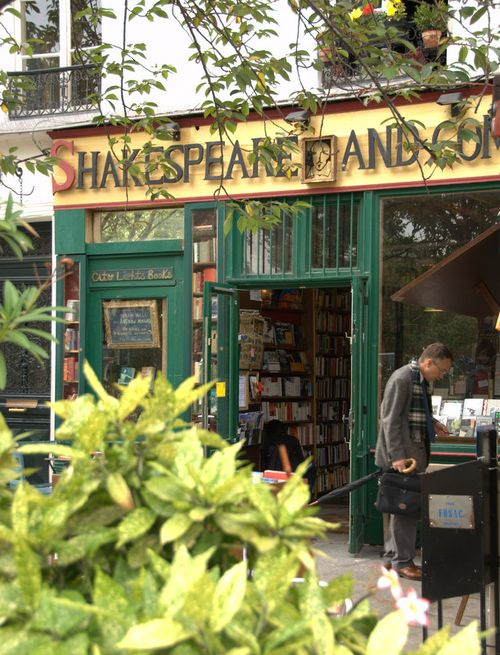 Shakespeare and Company bookstore, Paris, France (c) Kristin Espinasse, french-word-a-day.com
