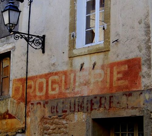 Droguerie, painted shop sign, Vaucluse, France, street lamp (c) Kristin Espinasse, french-word-a-day.com