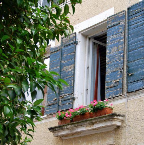 Les Volets Bleus (c) Kristin Espinasse. Photo taken in Orange (Vaucluse) France