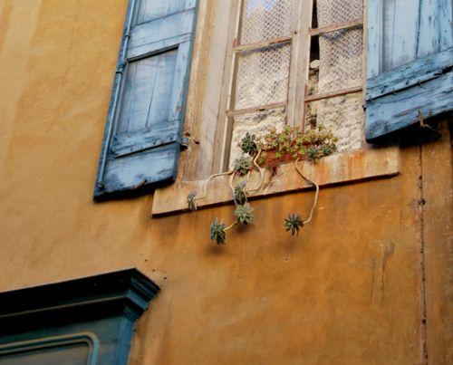 Menerbes Window (c) Kristin Espinasse