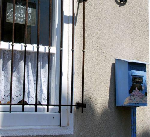 """boulanger mailbox and """"plus de pain"""" (c) Kristin Espinasse boite à lettres chez le boulanger"""