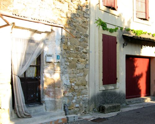 Door curtain or rideau in Serignan (c) Kristin Espinasse