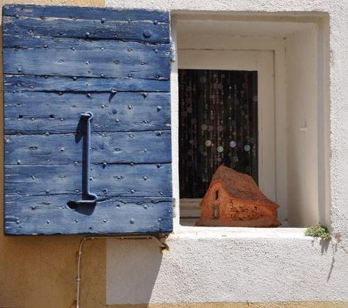 Blue shutter clay maisonnette (c) Kristin Espinasse