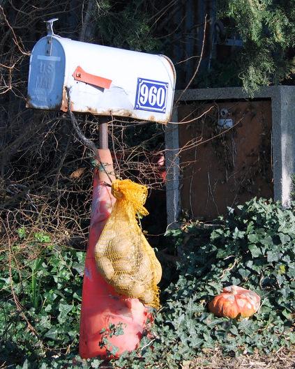Sack of potatoes mailbox (c) Kristin Espinasse boite à lettres sac de patates