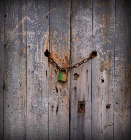 lock and chain in St Paul Trois Chateaux (c) Kristin Espinasse