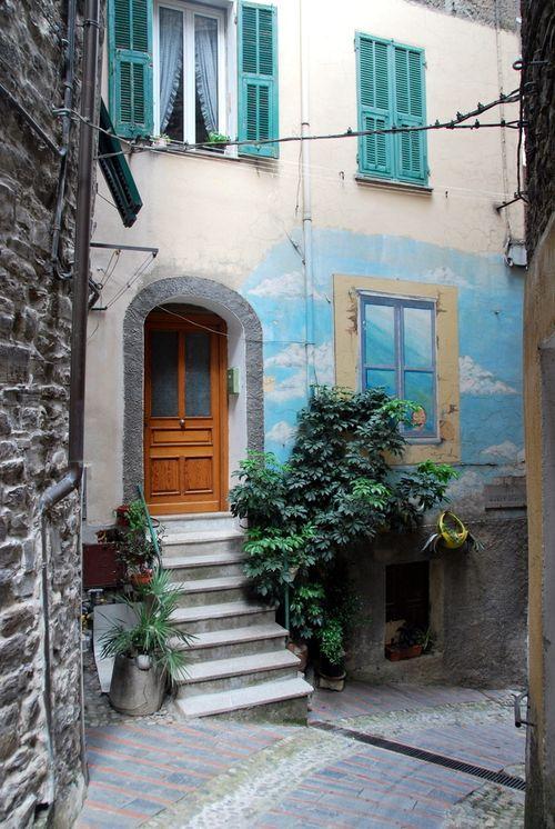 Trompe l'oeil in Badalucco Italy (c) Kristin Espinasse