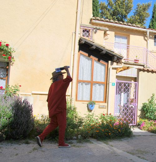 Jules visits Serignan-du-Comptat (c) Kristin Espinasse