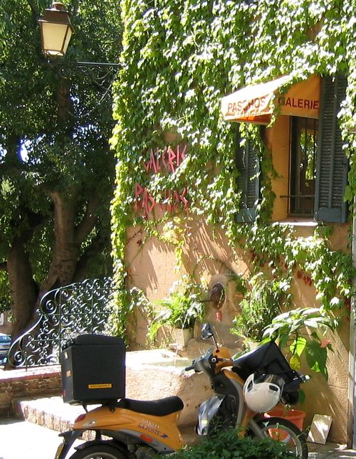 Galerie Paschos in Grimaud, France and yellow motorbike (c) Kristin Espinasse, French-Word-A-Day.com