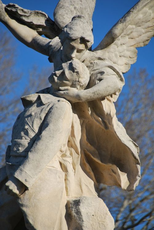 Angel war monument in Roquemaure, France (c) Kristin Espinasse