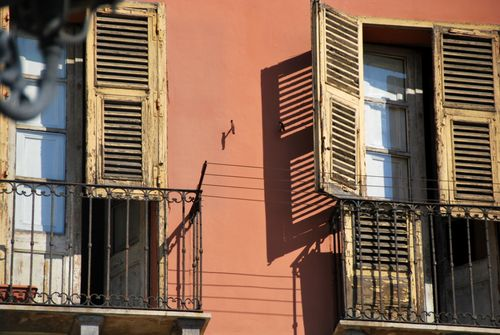 Window shutters in Sardinia, Italy (c) Kristin Espinasse, french-word-a-day.com