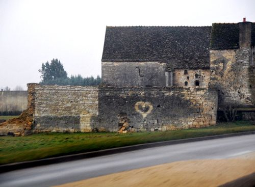 Hearts, stone, ruins and France (c) Kristin Espinasse, www. french-word-a-day.com