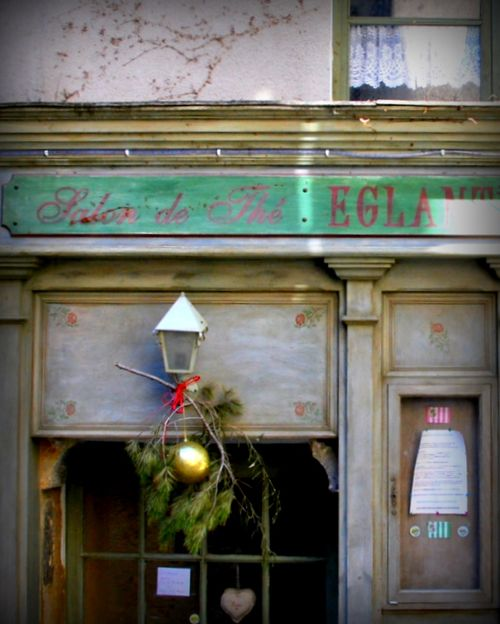 Hearts, lace curtains, pine, Christmas, wreath, salon de Thé, wooden shop front and France (c) Kristin Espinasse, www. french-word-a-day.com