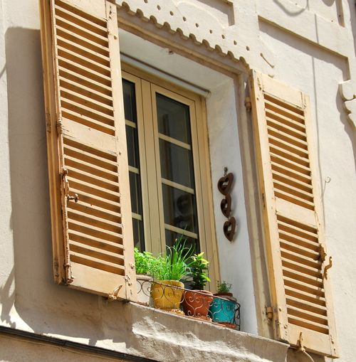 Hearts,France, window, shutter, pots (c) Kristin Espinasse, www. french-word-a-day.com