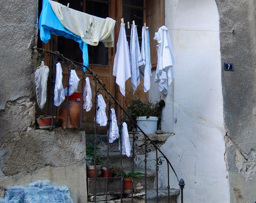 Clothesline in Nyons (c) Kristin Espinasse, www.french-word-a-day.com