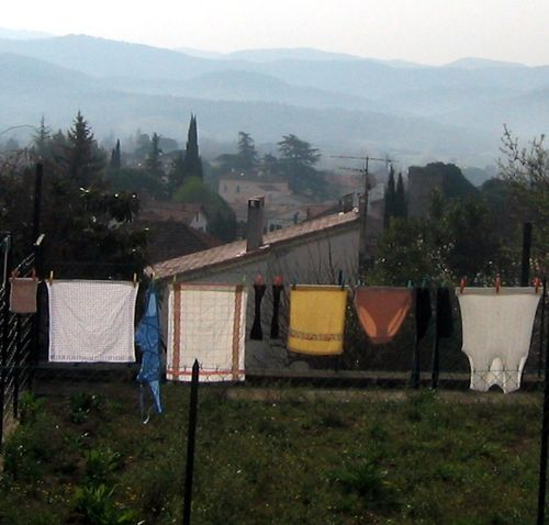 clothesline, laundry, Massif des Maures (c) Kristin Espinasse, www.french-word-a-day.com
