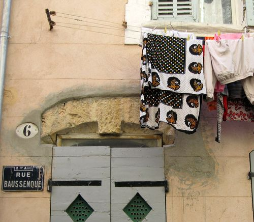 laundry or clothes line in Marseilles, rue Baussenque (c) Kristin Espinasse, www.french-word-a-day.com
