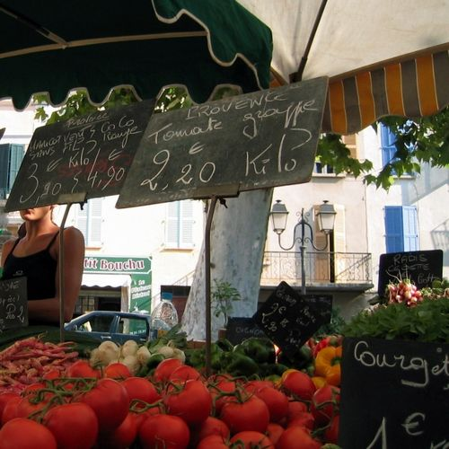 Lorgues, France, farmers market, chalkboard, tomatoes, www.french-word-a-day.com (c) Kristin Espinasse