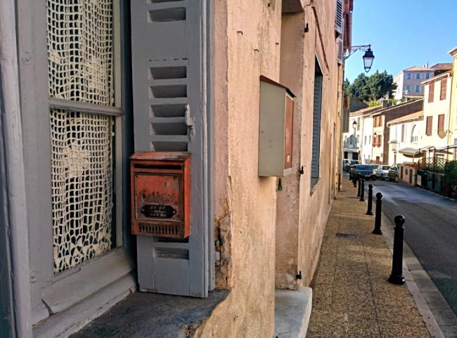 Boite-a-lettres mailbox Ramatuelle France lace curtains dentelle rideau shutters window France