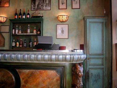 comptoir at Le Bar de la Marine in Marseille France Vieux Port  (c) Kristin Espinasse