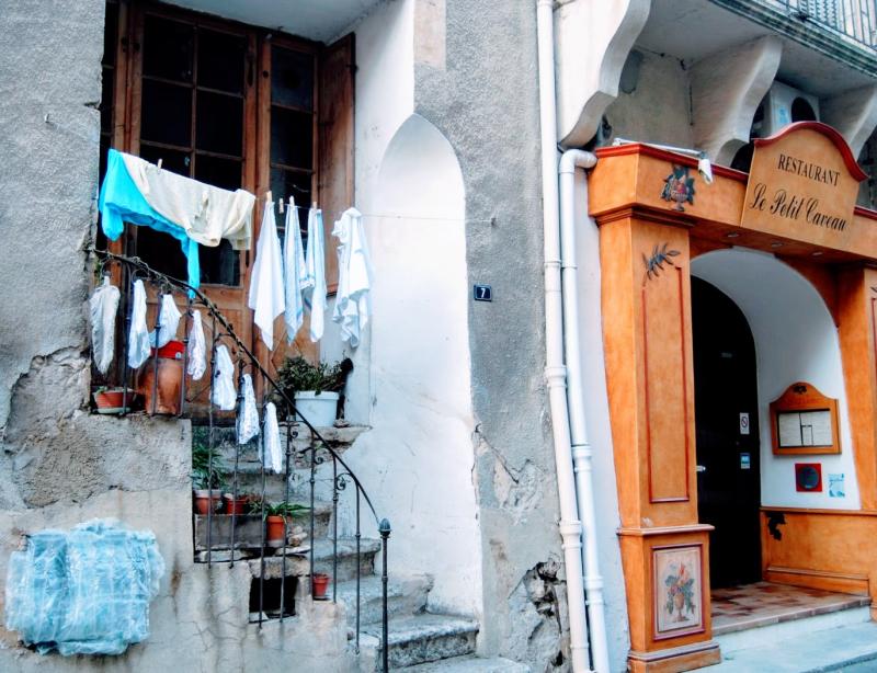 Hanging laundry in Nyons France (c) Kristi Espinasse