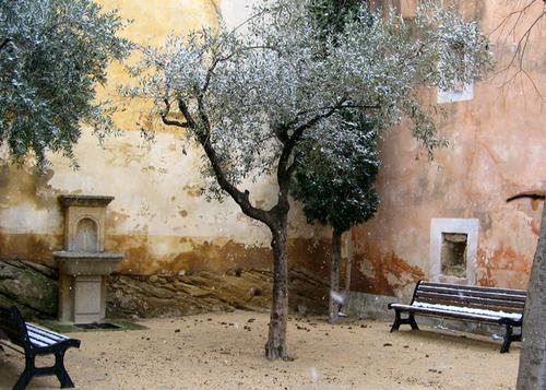 Serignan_courtyard