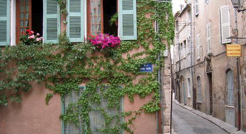 Rue hopital (c) Kristin Espinasse